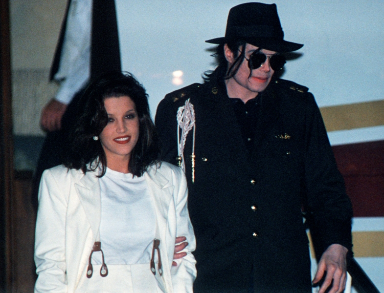 http://www.allmystery.de/dateien/np62551,1287655264,97090_michael-jackson-and-ex-wife-lisa-marie-in-budapest-on-august-6-1994.jpg