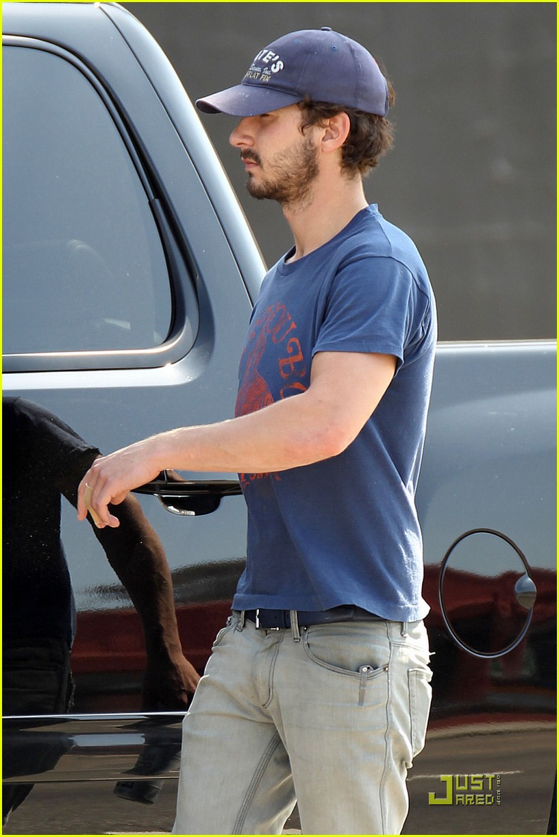 np66944,1288552358,shia-labeouf-chooses-convenience-02