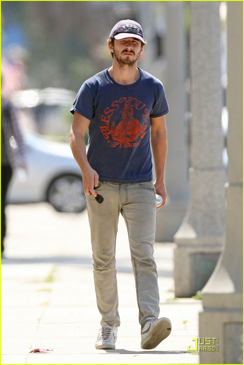 np66944,1288552524,shia-labeouf-chooses-convenience-10