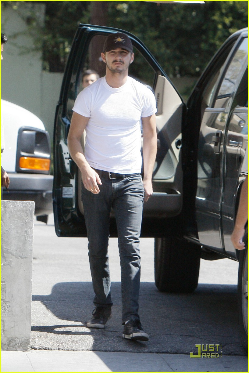 np66944,1288553882,shia-labeouf-stomach-07