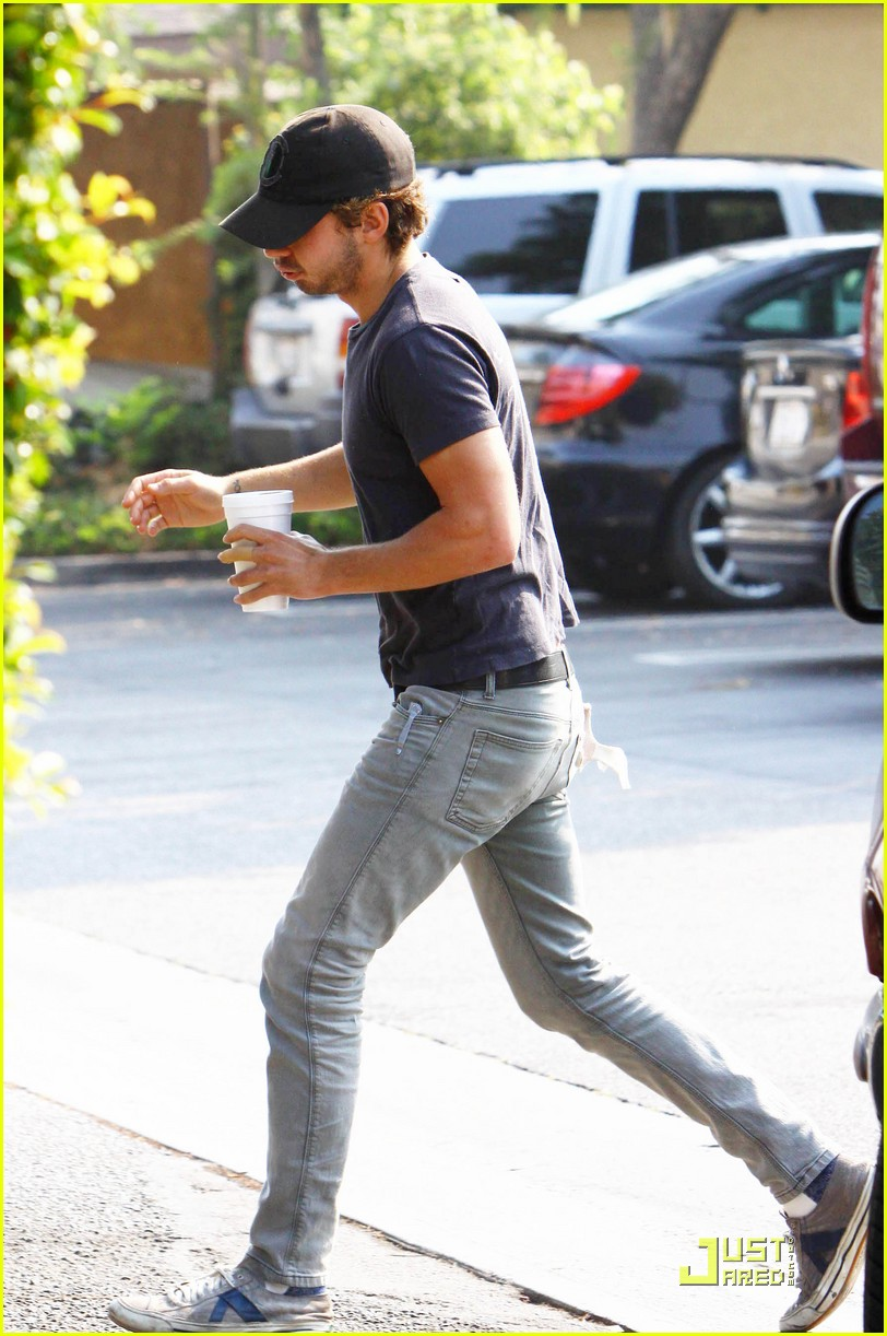 np66944,1288897861,shia-labeouf-shoe-slippage-03