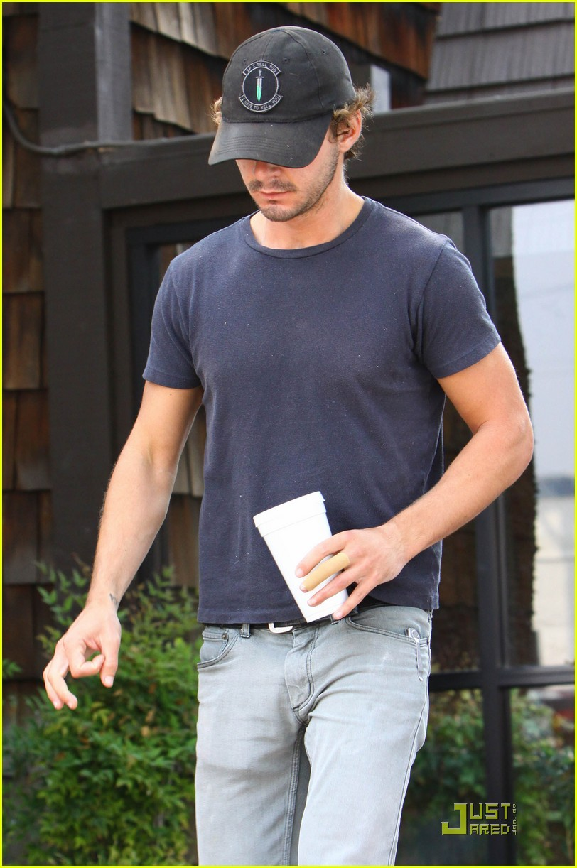 np66944,1288897861,shia-labeouf-shoe-slippage-05