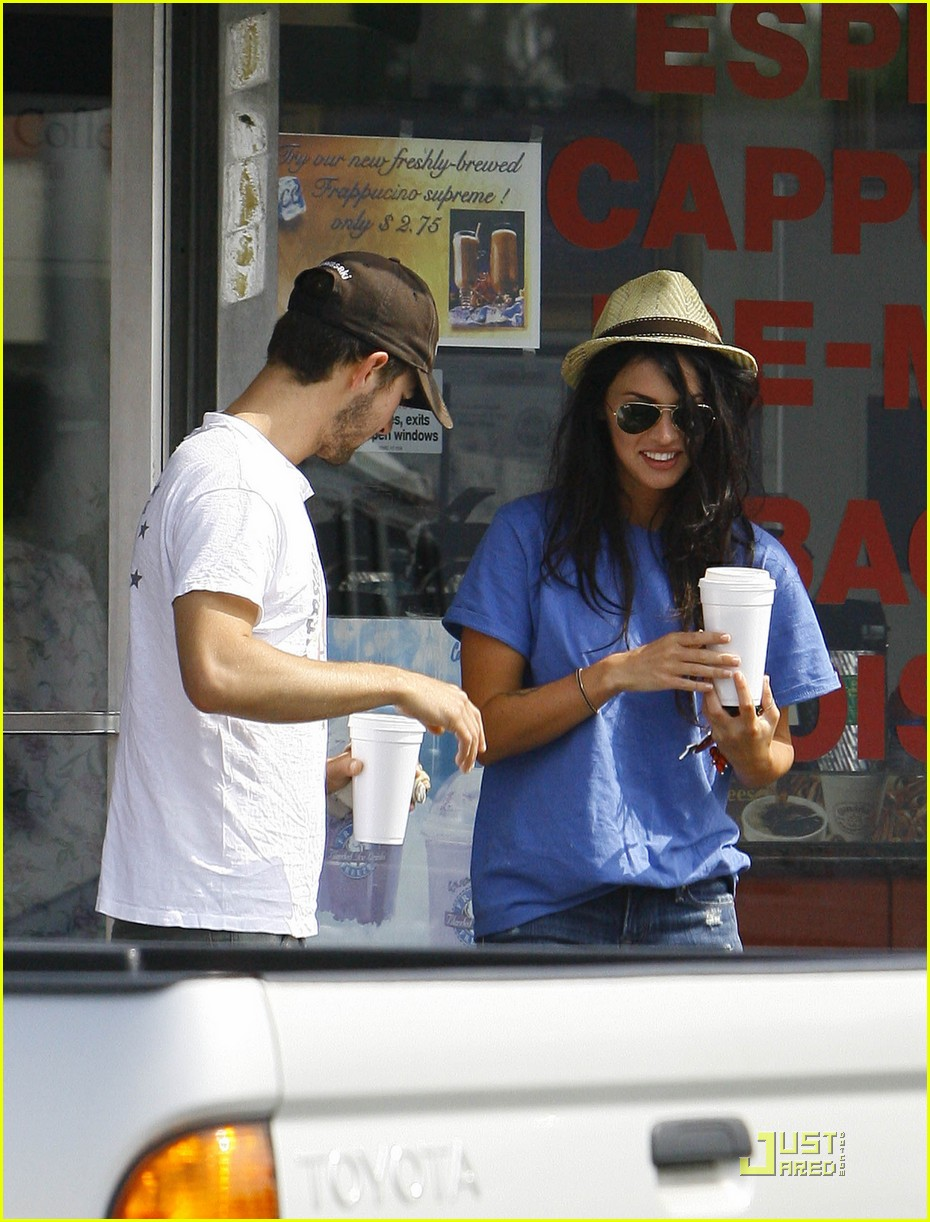 np66944,1289401492,megan-fox-shia-coffee-costars-05