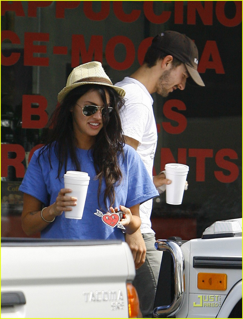 np66944,1289401492,megan-fox-shia-coffee-costars-08