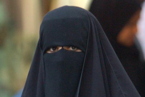 Veshjet e grave myslimane në vende të ndryshme! Rs35965,1258929659,fsl_burka_frankreic_609566g