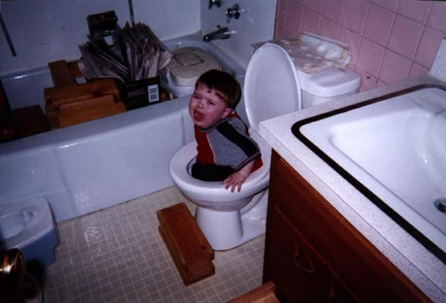uh43048,1264952316,funny-picture-photo-child-toilet-massdistraction-pic