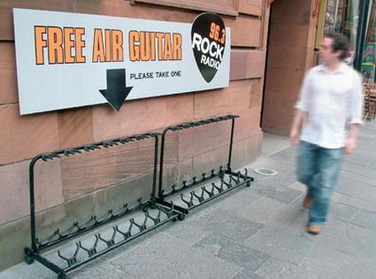 An den Beitrag angehängtes Bild: http://www.allmystery.de/dateien/uh43048,1265793093,radio-air-guitar-ad.jpg