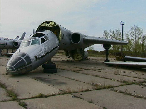 uh43048,1290961692,abandoned-russian-airplane-5