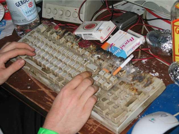 Gaming tisch f r streamering gesucht for Schreibtisch chaos