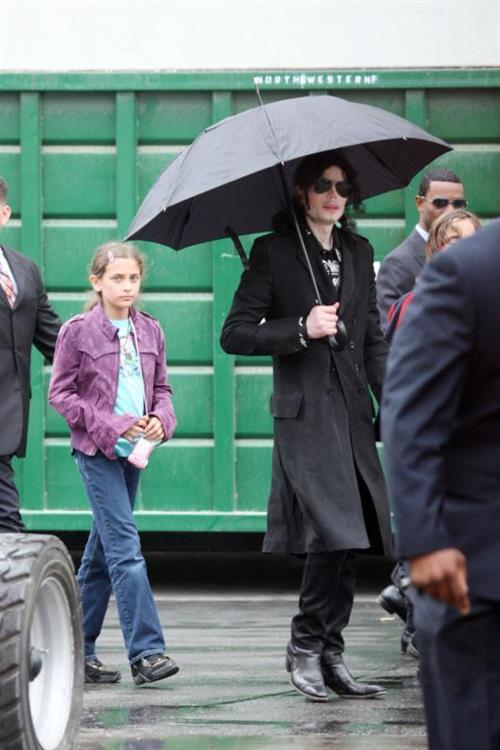 uh60207,1269458118,Michael Jackson walks 278b