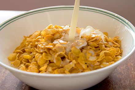 440px Cornflakes with milk pouring in.jp
