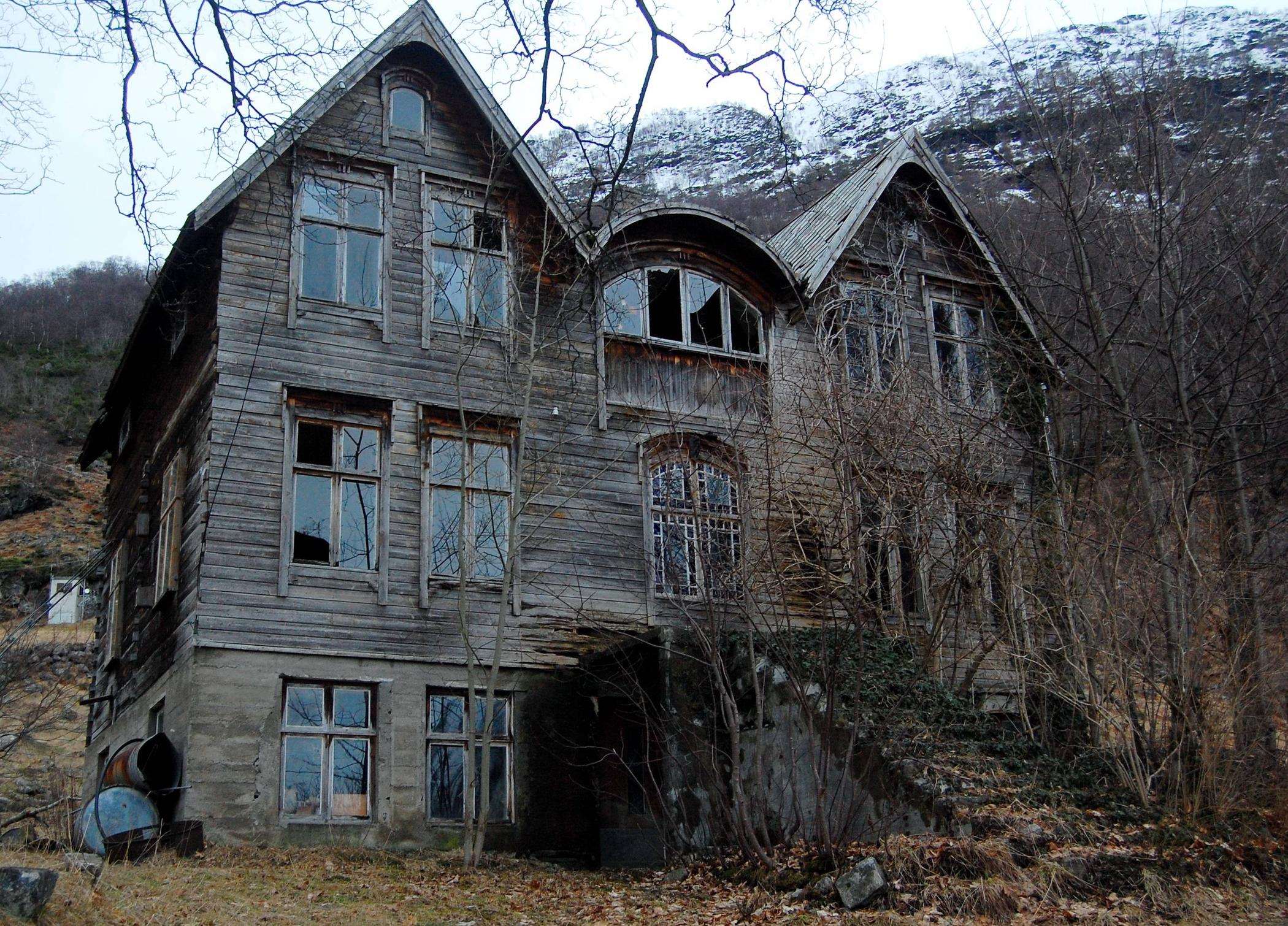 abandoned-house-in-the-mountains