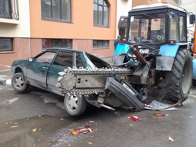 giant-chain-saw-destroys-cars-in-russia-