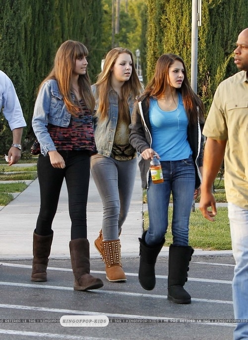 Paris-Jackson-with-her-friends-in-Calaba