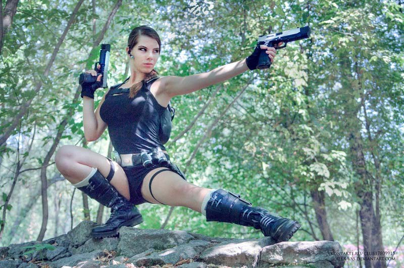 Lara-Croft-Tomb-Raider-Cosplay-by-alex-v