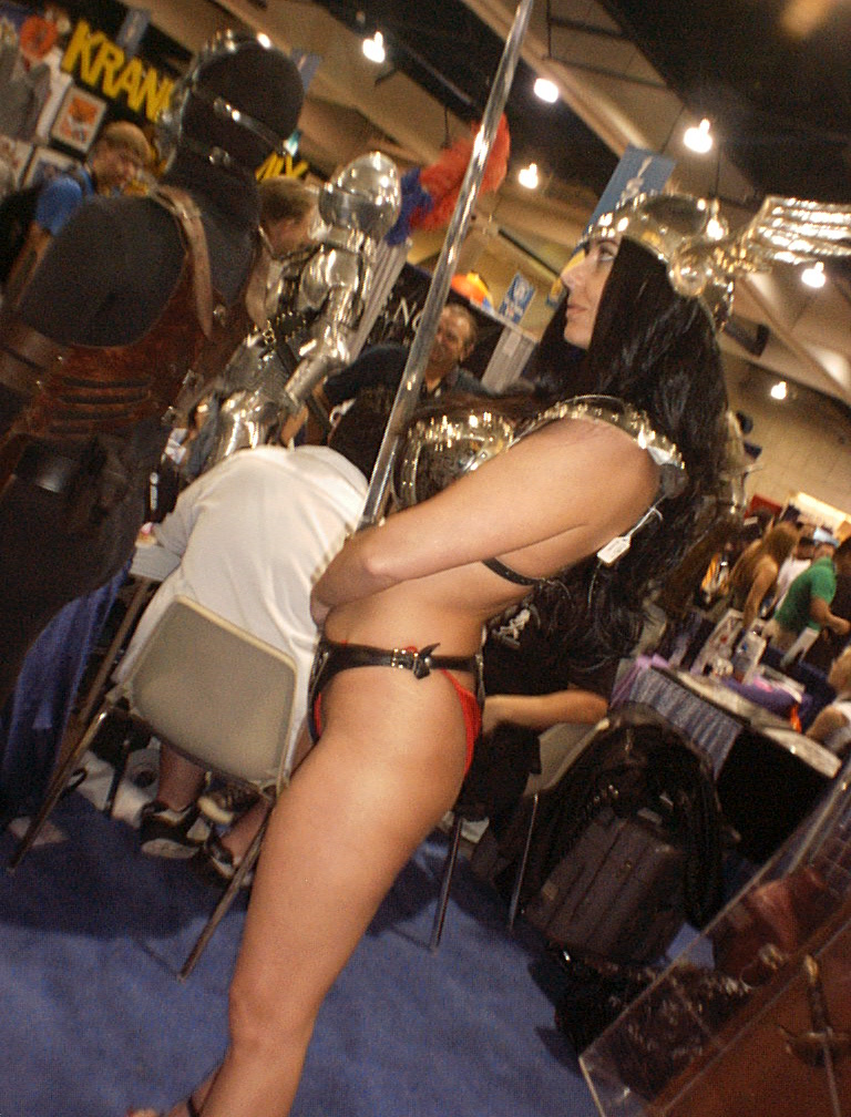 hot valkyrie booth girl comic con 2005 b