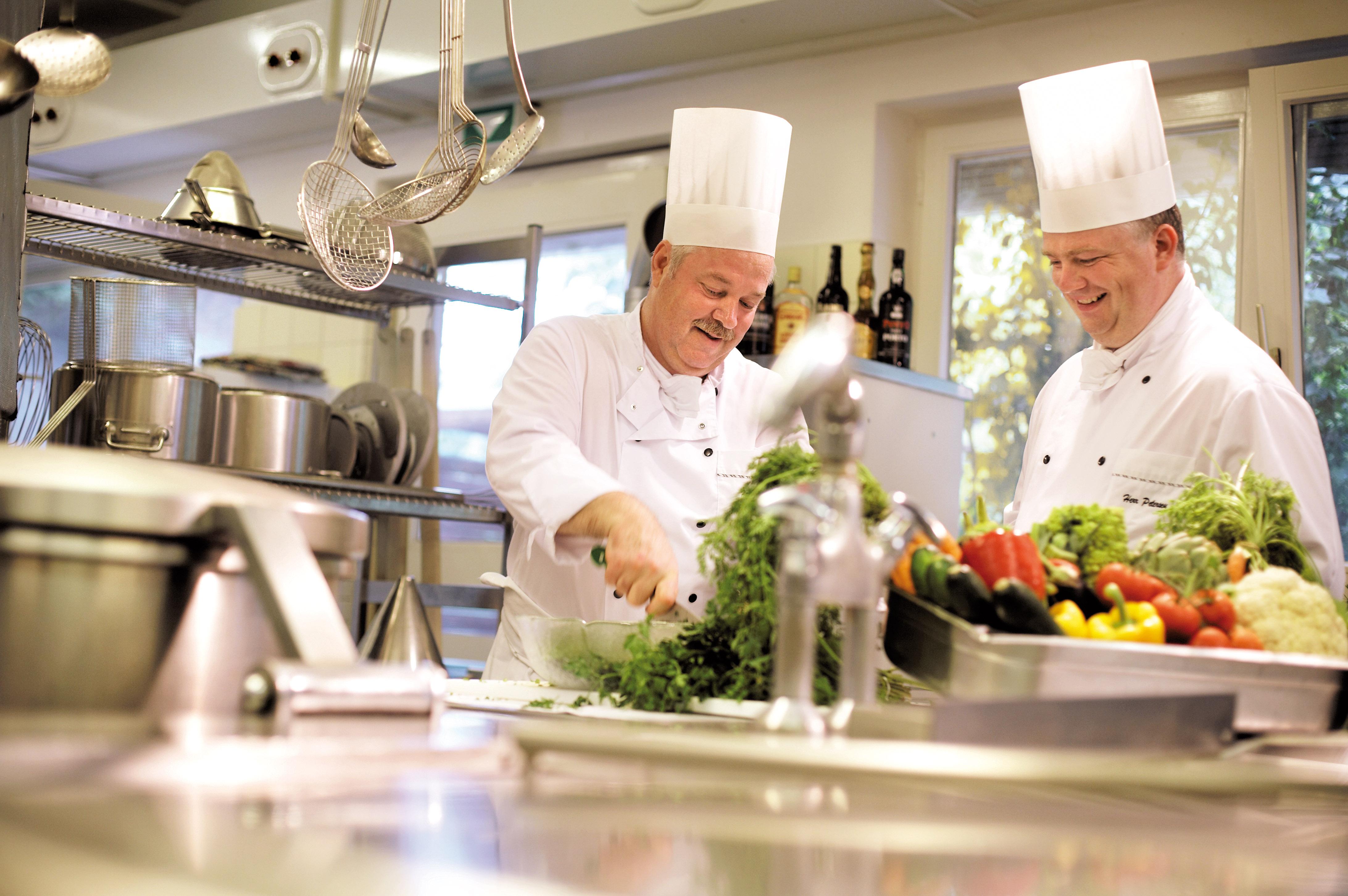 Tolle Koch In Der Küche Zeitgenössisch - Küchenschrank Ideen ...