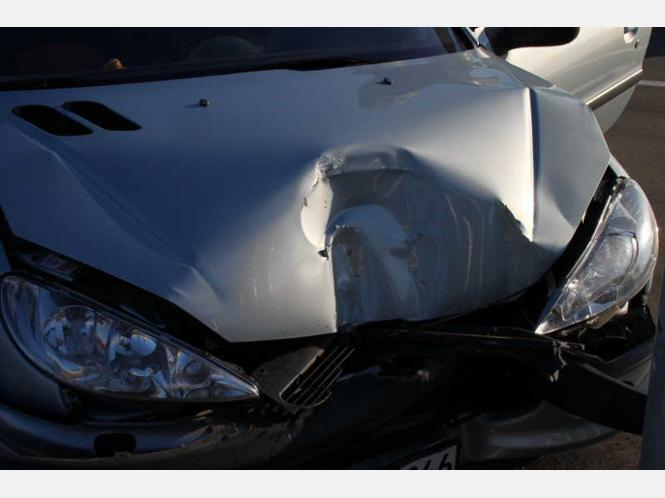 1190253464-peugeot-crash-laterne-hT34