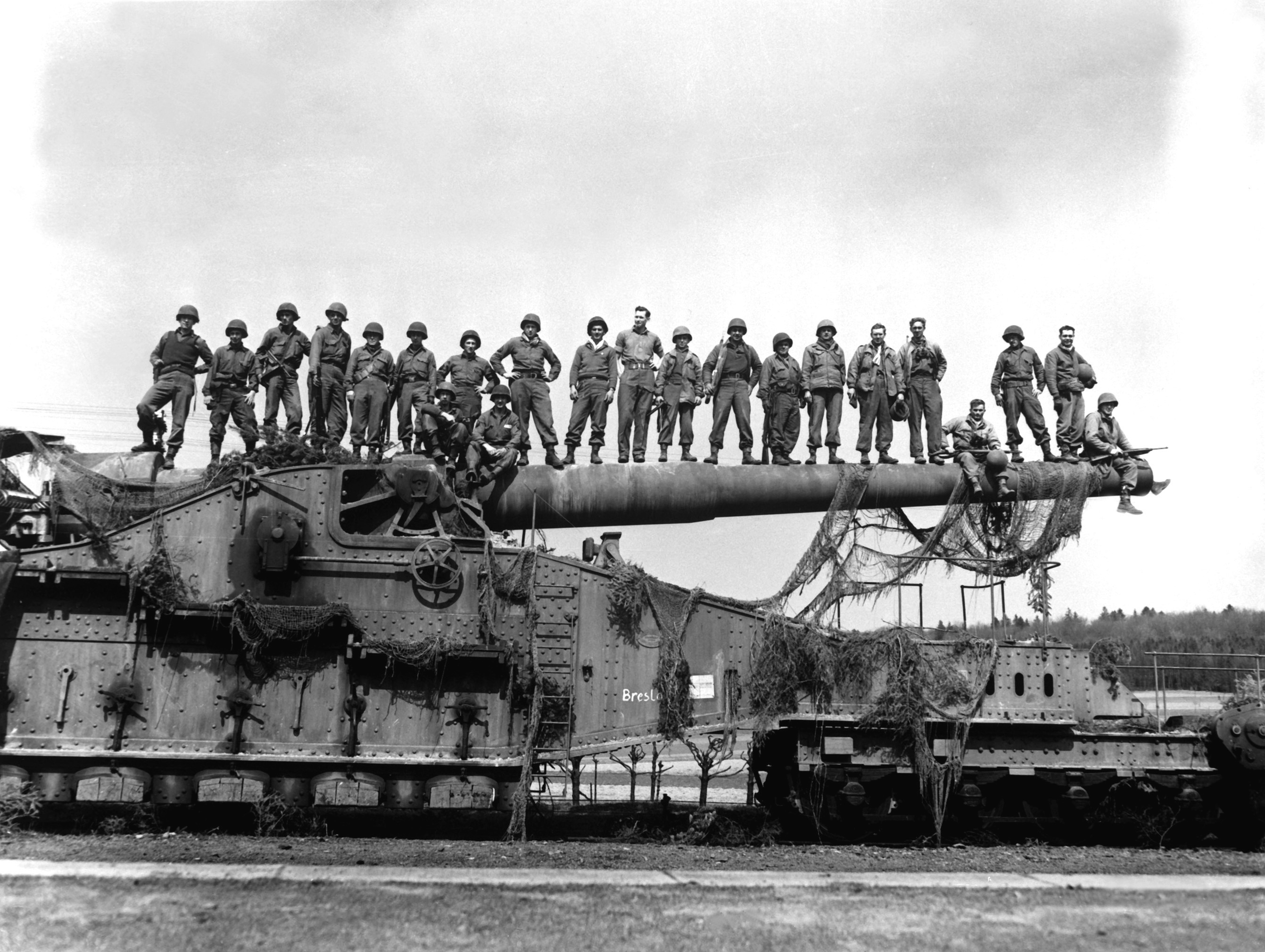 274mm45 railroad gun captured Apr1945 .j