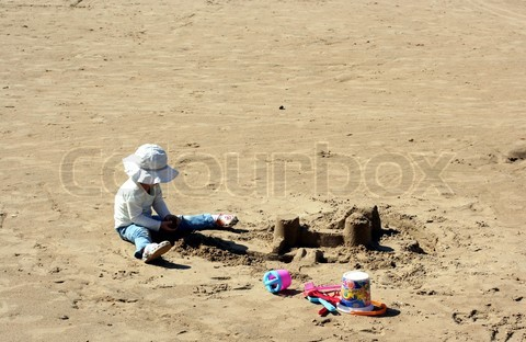 4198926-27597-child-and-sand-castles