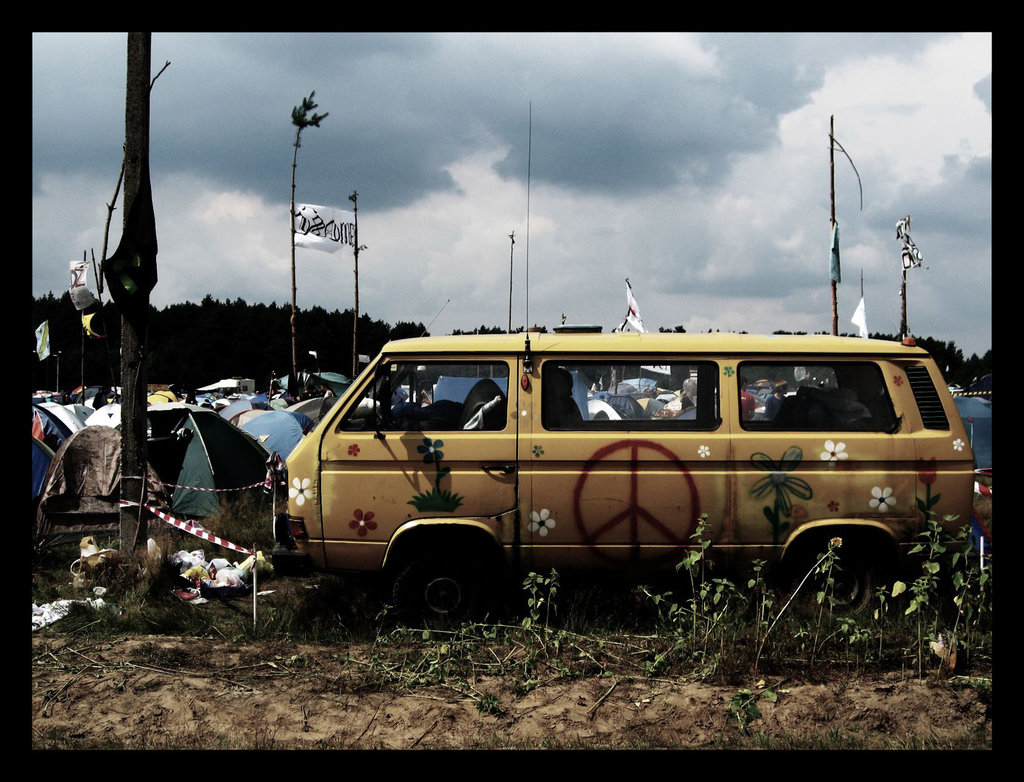 tCwKe3S Hippie Bus Woodstock 2007 by strabek