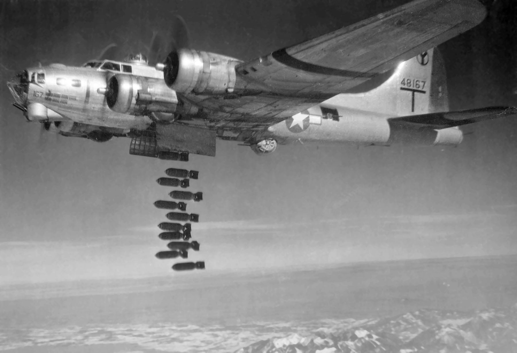 tH8Odx5 pRPZBe Boeing B-17G 2 BG dropping bombs