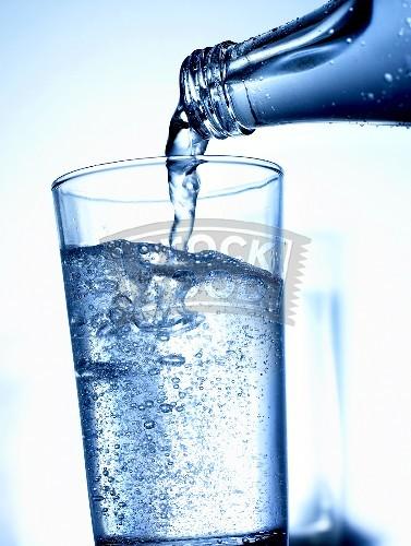 Show and Tell: Drink and Sweet TjsO9xh_Mineralwasser_aus_der_Flasche_ins_Glas_g